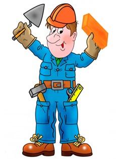 строитель в рабочей форме улыбается и держит в руках кирпич и мастерок